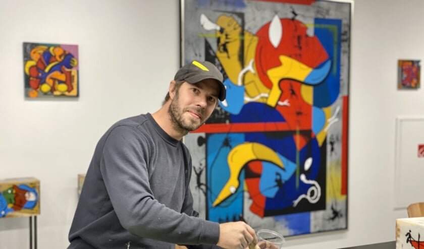 <p>Christian van Hedel in zijn kunstgalerie en atelier.</p>