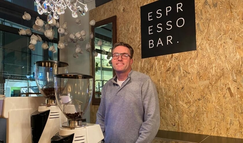 <p>Dennis in zijn nieuwe Espressobar.</p>