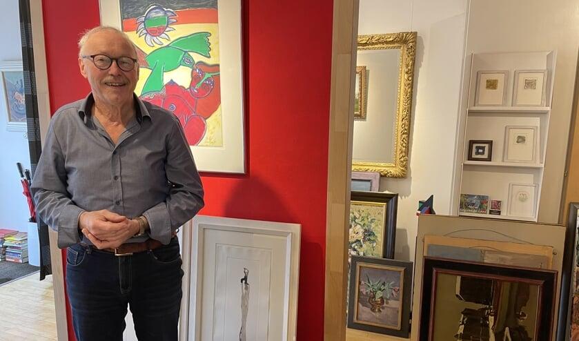 <p>Mari bij de kunst en sommige van zijn zelfgemaakte lijsten bij Kunsthandel Brabant.&nbsp;</p>