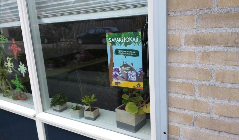 <p>De Safari Lokali poster bij Laura Welten achter het raam. Hang jij er (samen met jouw buurt) ook &eacute;&eacute;n op?&nbsp;</p>