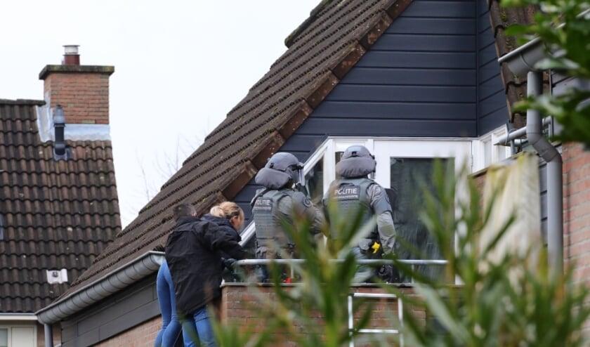 Arrestatieteam en onderhandelaar bij woning Ussenstraat. (Foto: Charles Mallo/Foto Mallo)