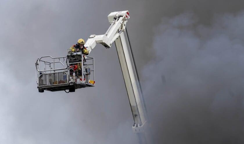 <p>Grote brand in loods Amsteleindstraat. (Foto: Gabor Heeres, Foto Mallo)</p>