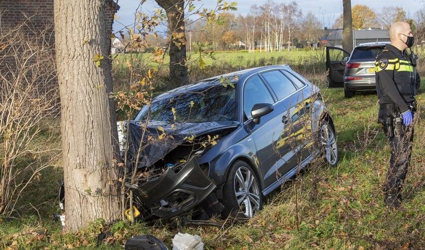 Auto zwaar beschadigd bij eenzijdig ongeval in Heesch. (Foto: Charles Mallo)