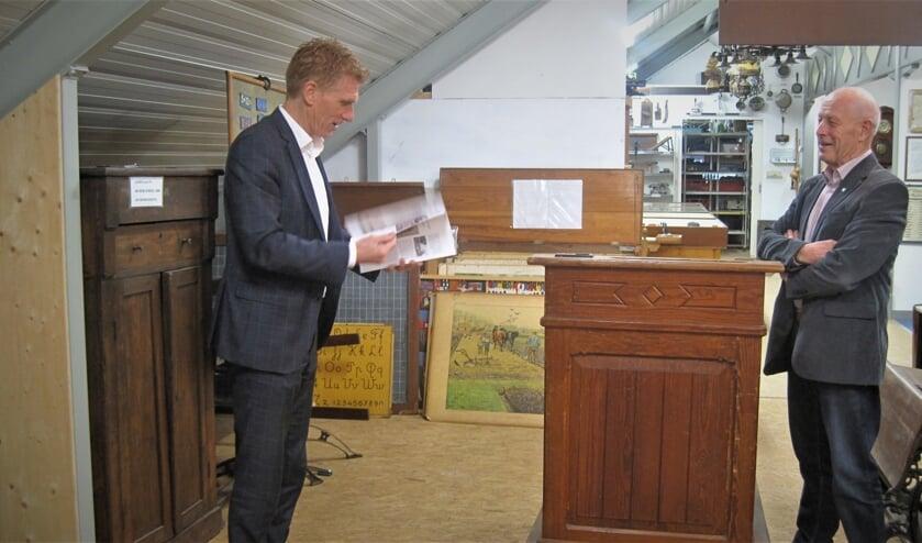 <p><em>Burgemeester Marnix Bakermans bladert door het nieuwe tijdschrift&nbsp;van heemkundekring Zeeland. Rechts voorzitter Gerard Selten. (foto: Heemkundekring Zeeland)</em> </p>