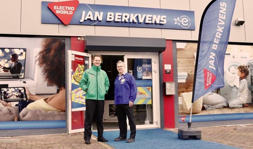 Sponsor Jan Berkvens en Richard Verkuijlen (links) bij het pand van Jan Berkvens Electro World. (tekst: Jos Gröniger/foto: BCV De Geitenbok)