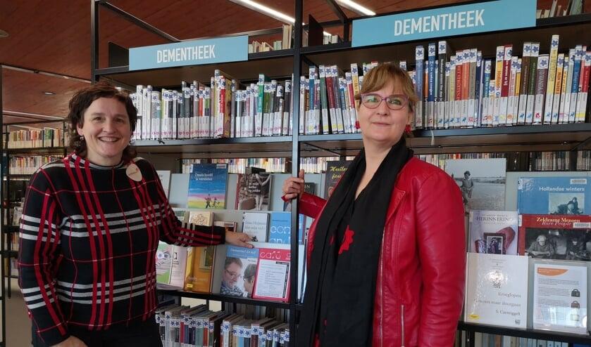 Yvonne de Groot van bibliotheek Uden en Corine de Sterker van Alzheimer Nederland.