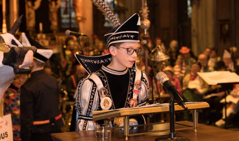 Jeugdprins Milan D'n Urste aan de lezenaar tijdens de mis