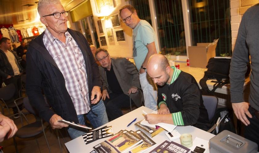 Martijn Schwillens signeert zijn boek tijdens de boekpresentatie op De Wageningse Berg.