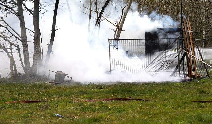 Caravan uitgebrand aan Mugheuvelstraat. (Foto: Gabor Heeres, Foto Mallo)
