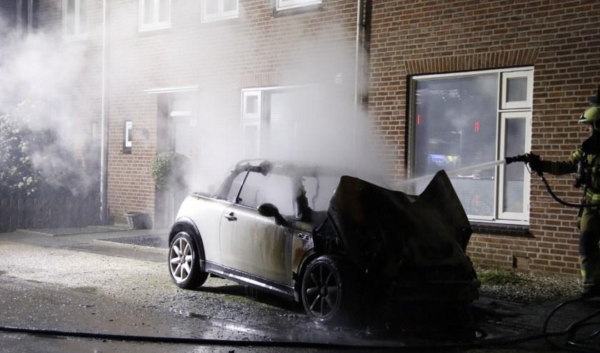 Aan de Hendrikstraat in Boxmeer is een Mini in vlammen op gegaan.
