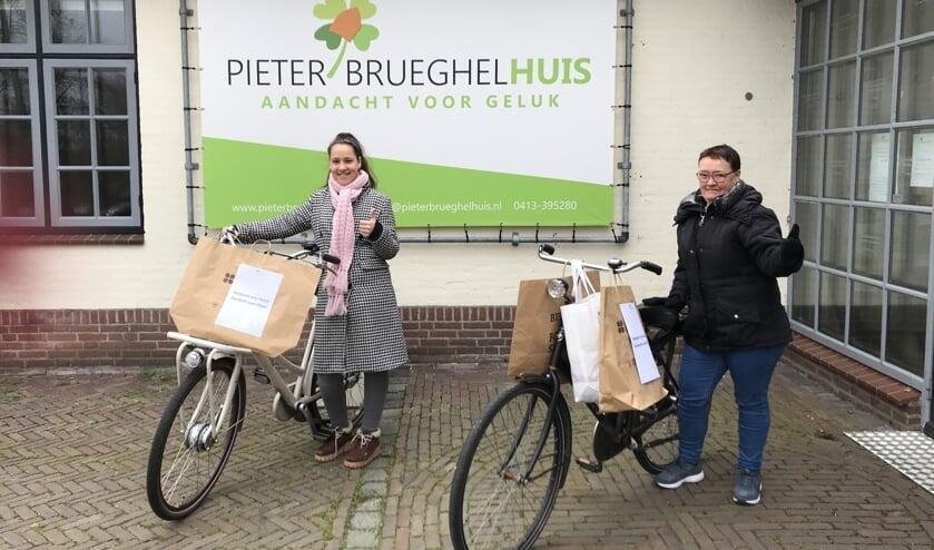 Stagiaire Sam van Bussel en vrijwilliger Margriet Wiese van het PieterBrueghelHuis staan op het punt om de tasjes te bezorgen.