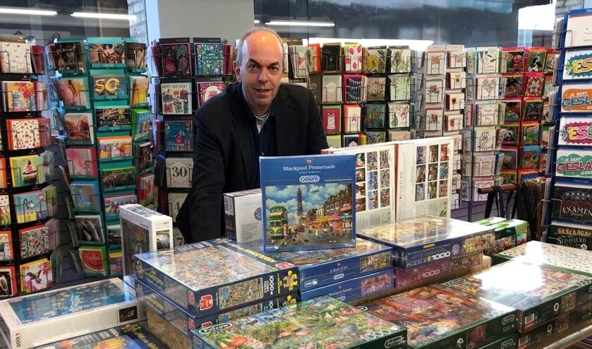 Wim Schellen bij de puzzels en wenskaarten die tijdens deze coronaperiode zeer populair zijn.