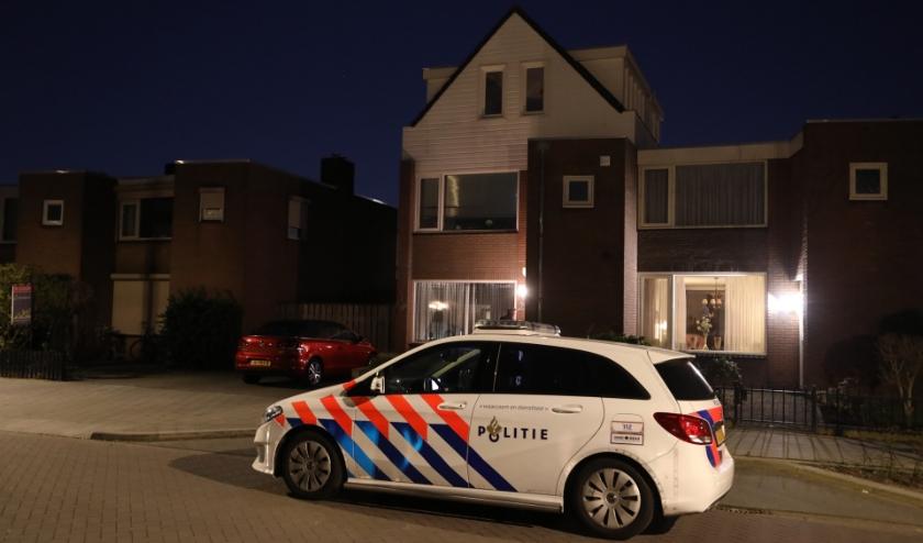 Politie onderzoekt overval in woning Hertog Hendrik 1 straat. (Foto: Gabor Heeres, Foto Mallo)
