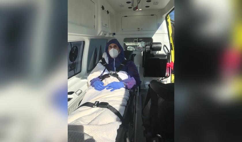 Jan van Asseldonk in de ambulance.