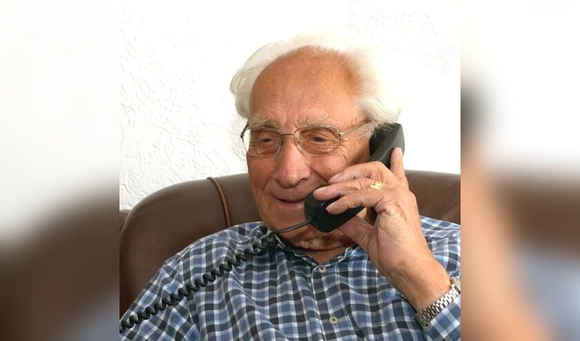Joop aan de telefoon. (foto: Henk Lunenburg)