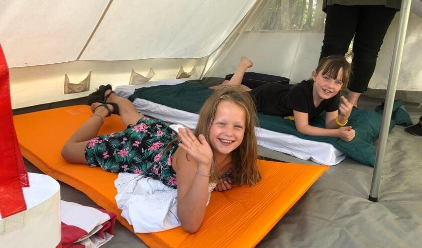 Esmee (links) en Sara (rechts) in de tent tijdens het zomerkamp van Jong Nederland Zijtaart.
