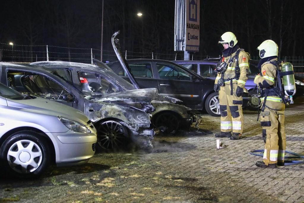Auto's uitgebrand bij autobedrijf in Heesch. (Foto: Gabor Heeres, Foto Mallo)  © 112 Brabantnieuws