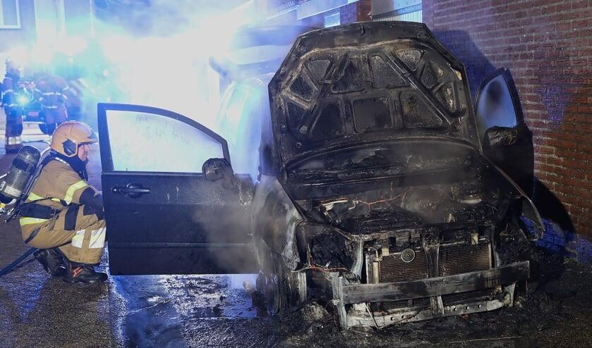 Auto uitgebrand aan Perzikhof in Oss. (Foto: Gabor Heeres, Foto Mallo)