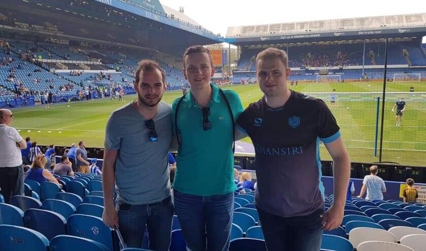 Gosling, Jiro en Oliver tijdens een bezoek aan Hillsborough, het stadion van Sheffield Wednesday.