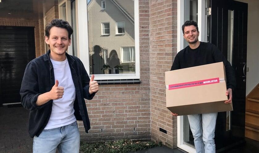 Jesse van de Valk (links) heeft zojuist een box afgeleverd bij Jop Schellekens.