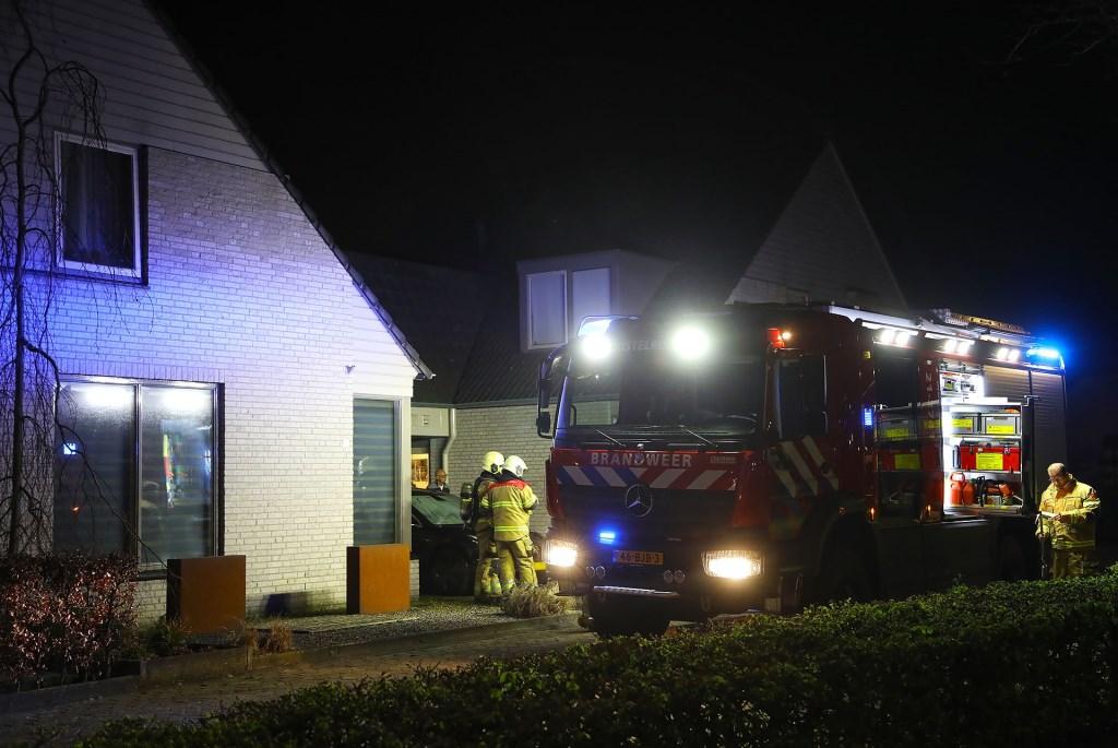 vTesla uitgebrand op oprit van Heesche woning. (Foto: Gabor Heeres, Foto Mallo)  © Kliknieuws Oss