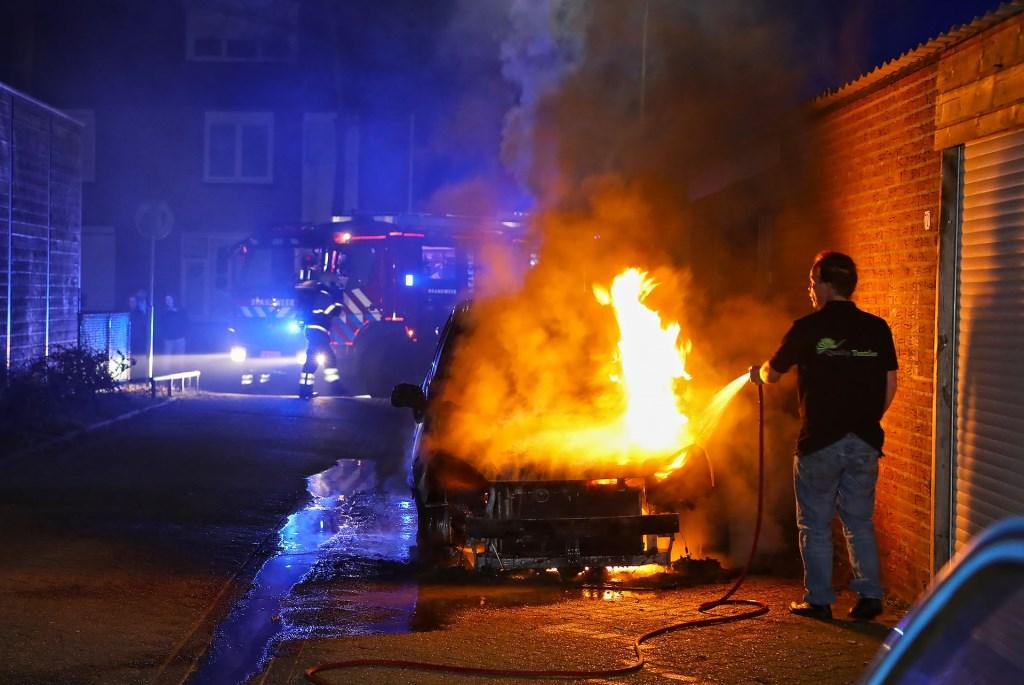 Auto uitgebrand aan Perzikhof in Oss. (Foto: Gabor Heeres, Foto Mallo)  © Kliknieuws Oss
