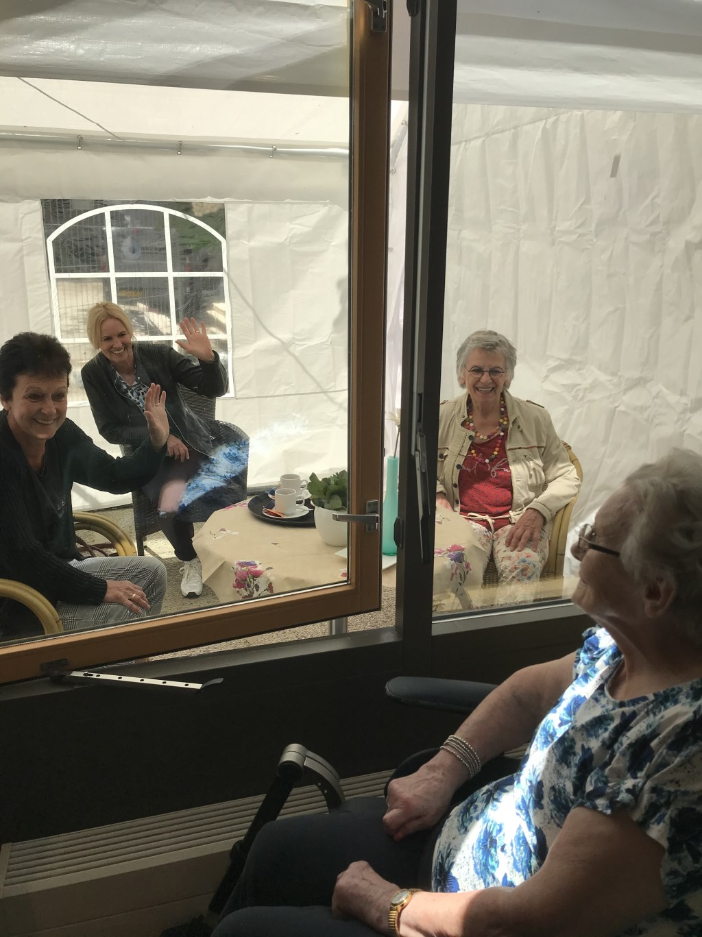 Familie Schuurmans heeft een ontmoetingsmoment in het Mgr. Bekkershuis.  © Kliknieuws Veghel