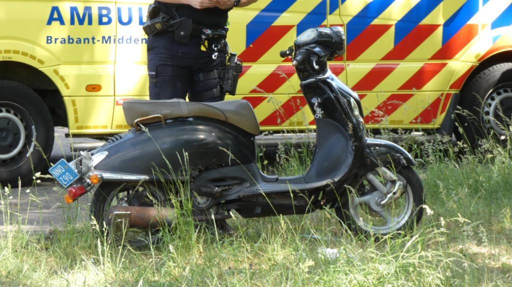Auto en scooter botsen op Osse kruising. (Foto: Thomas)  © Kliknieuws Oss