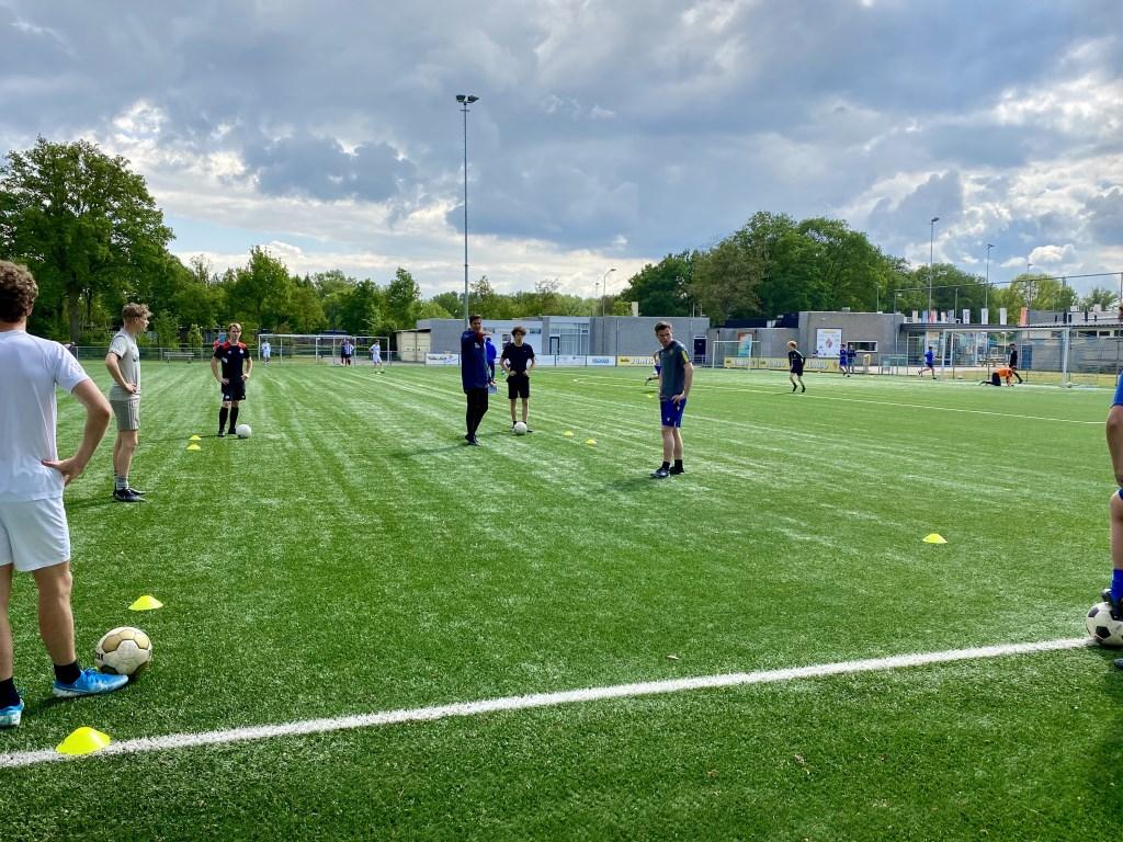 De bal rolt weer! Bij Blauw Geel werden de trainingen afgelopen zaterdag al hervat.  © Kliknieuws Veghel