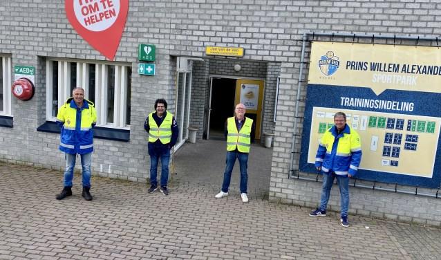 Willem, Dries, Cor & Harrie waren bij Blauw Geel om alles in goede banen te leiden: 'Ouders en spelers hielden zich goed aan de regels', aldus Harrie. Foto:  © Kliknieuws Veghel