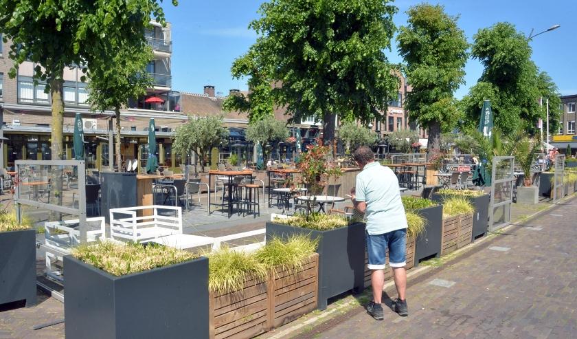 Het terras op de Markt is uitgebreid om meer mensen een plek te kunnen bieden.
