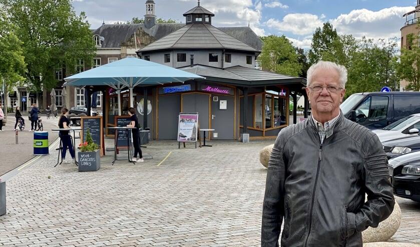 Gerard Visser met op de achtergrond het invalidentoilet dat niet in gebruik is.
