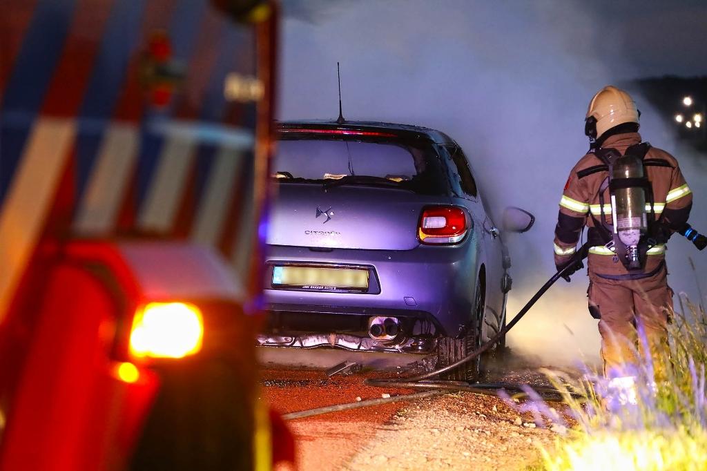 Auto vliegt tijdens het rijden in brand. (Foto: Gabor Heeres, Foto Mallo)  © 112 Brabantnieuws