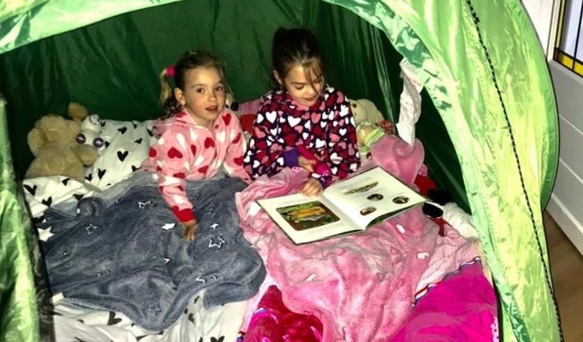 Inzending van opa en oma Van der Wielen. Kleinkinderen Lot en Juul kamperen in de huiskamer.