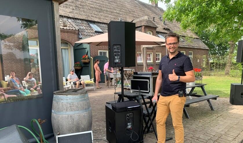 Zanger Niels vlak voor de start van zijn optreden.