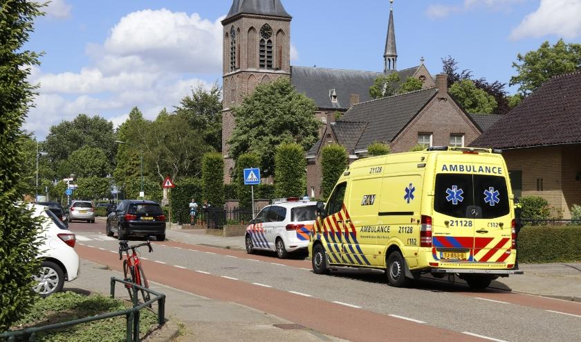 De wielrenner is per ambulance met onbekende verwondingen meegenomen naar het ziekenhuis.