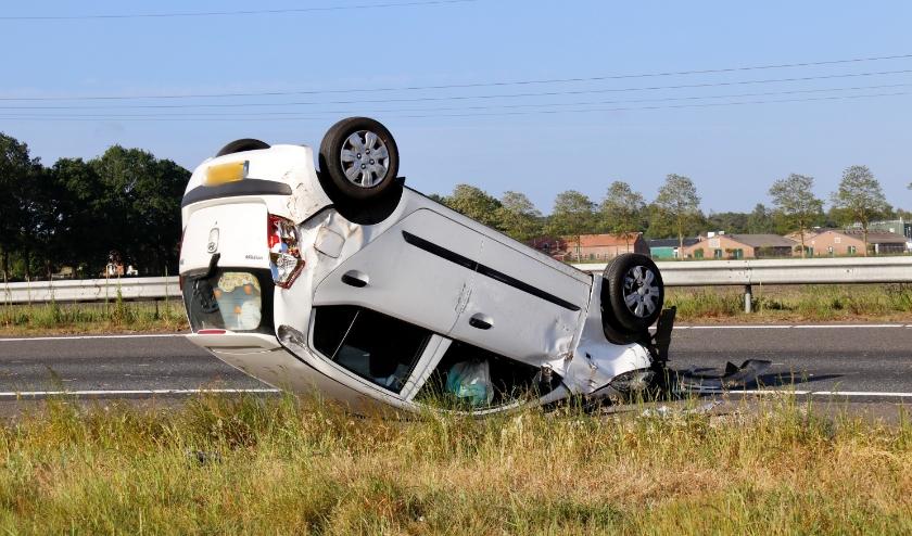 Door onbekende oorzaak is een auto in de vangrail gereden en over de kop geslagen.