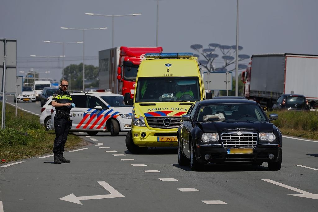 Auto rijdt op Megensebaan tegen vrachtwagen aan. (Foto: Gabor Heeres, Foto Mallo)  © Kliknieuws Oss