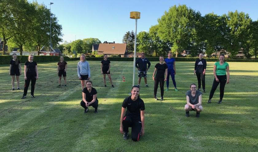 De eerste training, conform de coronarichtlijnen van het RIVM, van DES 1 onder leiding van de nieuwe-trainer-coach staat op het punt van beginnen.
