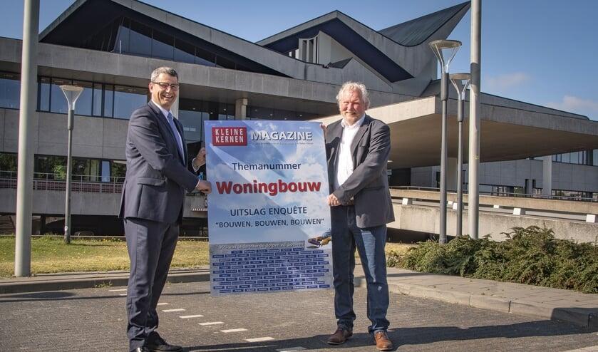 Gedeputeerde Erik Ronnes ontvangt van VKKNB voorzitter Evert van Schoonhoven de kaft van het Kleine Kernen Magazine overhandigd.