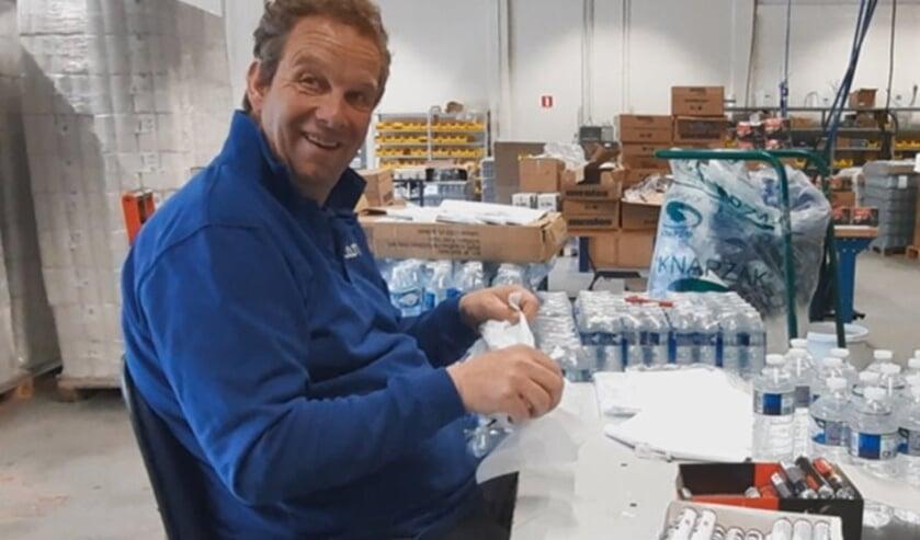 Wilco is druk bezig met het inpakken van de hygiënepakketten.