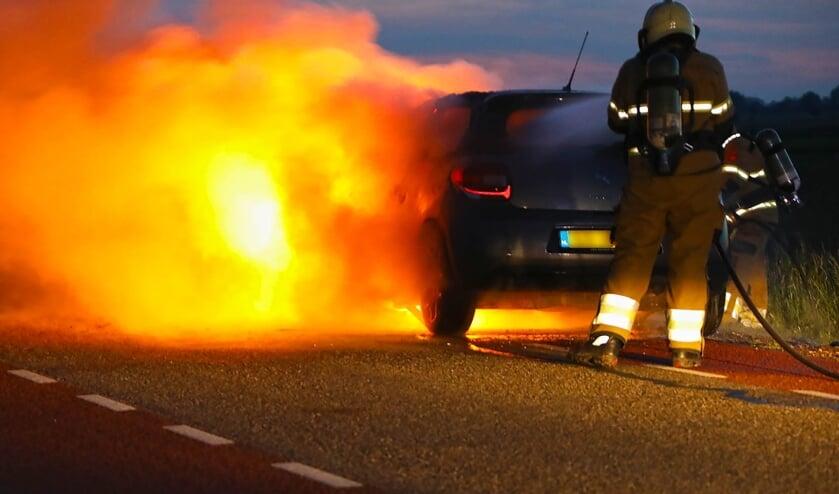 Auto vliegt tijdens het rijden in brand. (Foto: Gabor Heeres, Foto Mallo)
