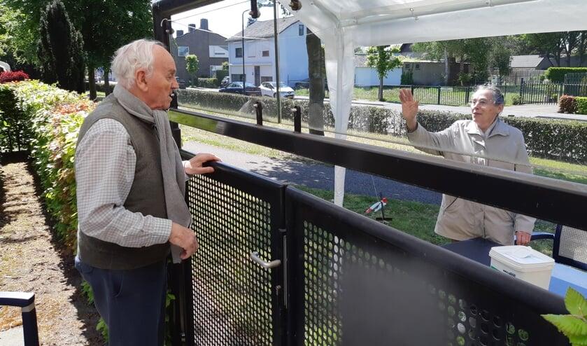 Familie Meulenbroek ontmoet elkaar buiten bij Cunera in Heeswijk-Dinther.