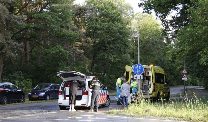 De fietser is naar het ziekenhuis gebracht met een onbekend letsel.