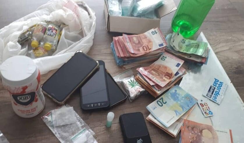 Drugs en geld in woning Spoorlaan. (Foto: Wijkagenten Schadewijk)