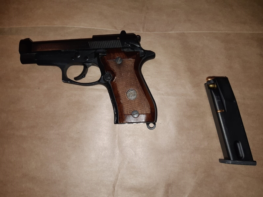 Doorgeladen vuurwapen aangetroffen na arrestatie Toon R. (Foto: OM Oost-Brabant Twitter)  © Kliknieuws Oss
