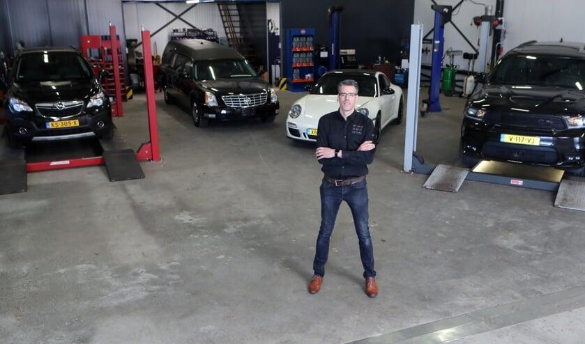 Een trotse Herbert van Zeeland op de werkplaats van Car Service Oss B.V.