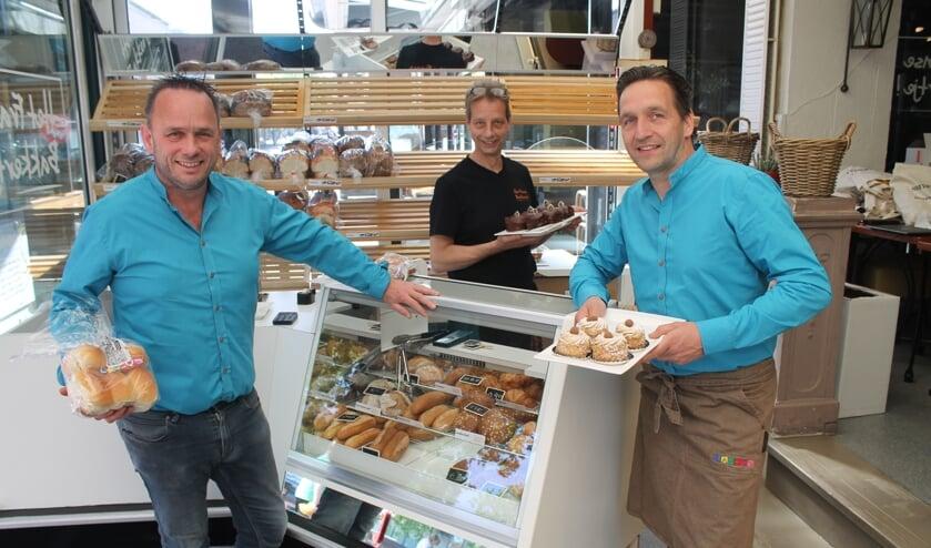 Bart Lamers en Melvin Snellen van de bakkers Lamers met in het midden Kees Baak.