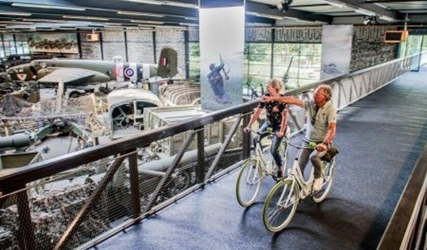 De nieuwe fietsbrug loopt dwars door het museum (foto: Oorlogsmuseum Overloon)