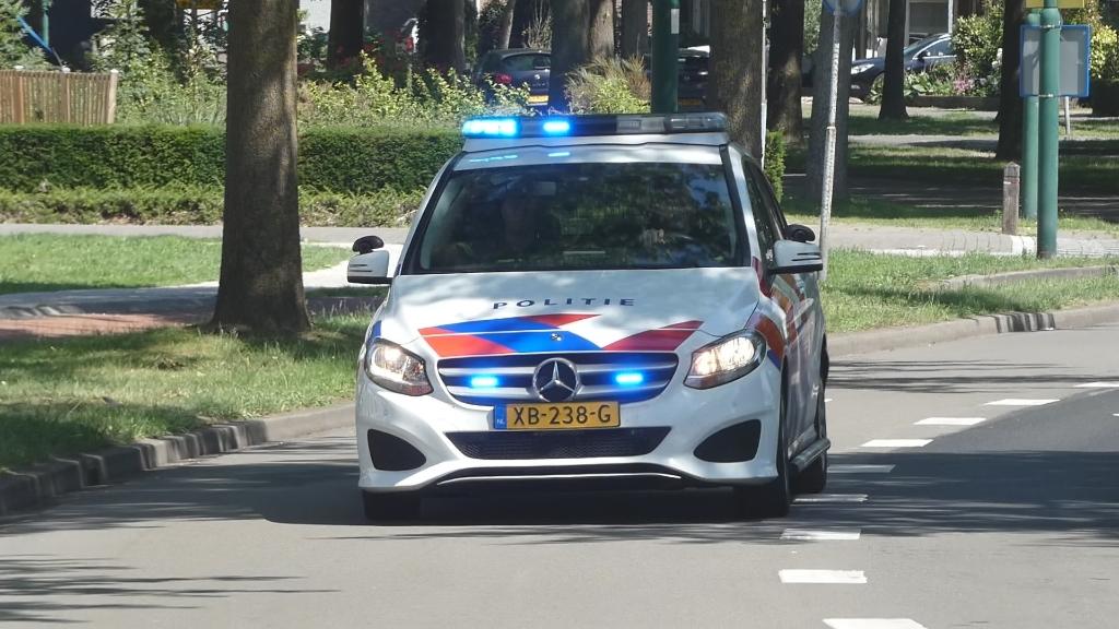 Auto rijdt tegen bushokje op Schalkskampweg, bestuurder gewond. (Foto: Thomas) Foto:  © 112 Brabantnieuws